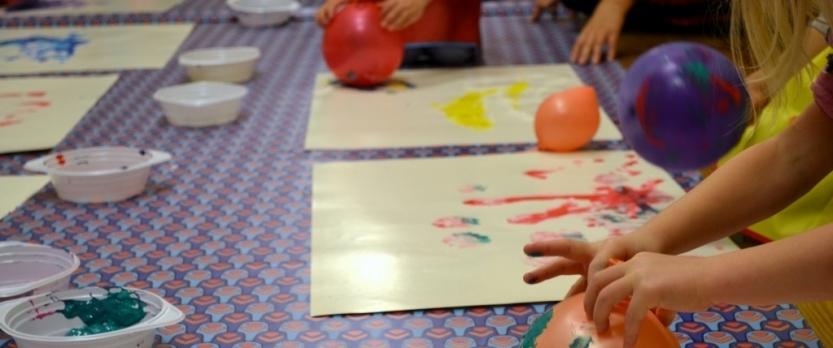 """Izstādes """"Ar septiņjūdžu zābakiem"""" radošās darbnīcas sasniedz rekordlielu bērnu interesi"""